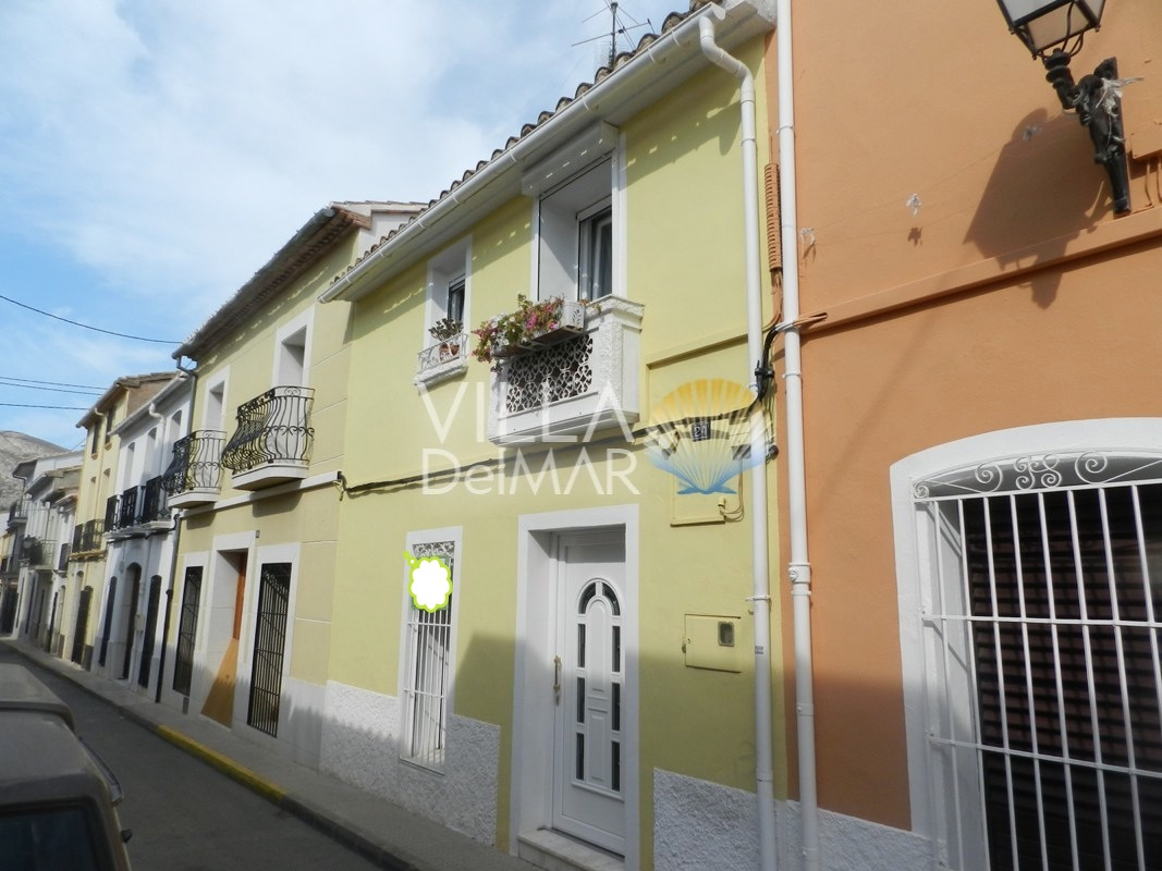 Tastefully reformed town house in Jalon!