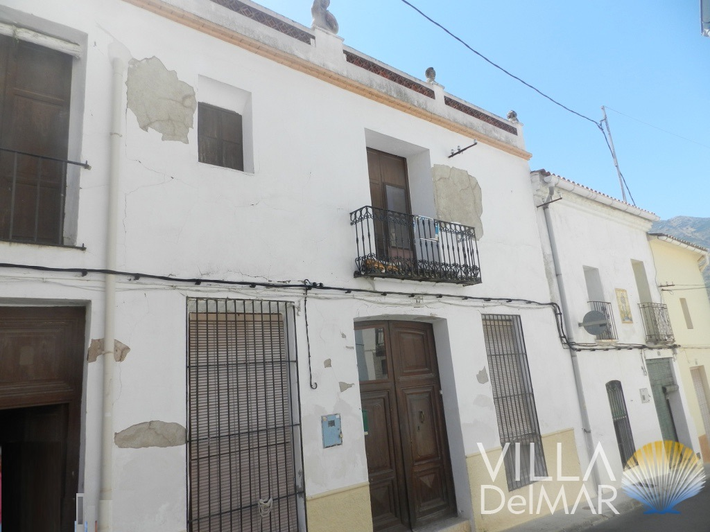 Jalon Valley – Spacious town house to renovate in the centre of Parcent!